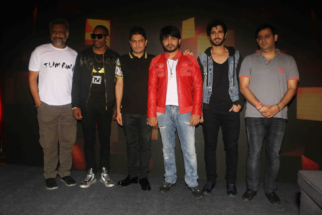( L to R ) Bollywood filmaker Anubhav Shrma,West Indies Cricketer Dwayne Bravo, Bhushan Kumar singer Ankit Tiwari ,actor aashim Ghulathi during the video shoot for Tum Bin 2 song in Mumbai,India on September09,2016 ( Nikesh Gurav/SOLARIS IMAGES )