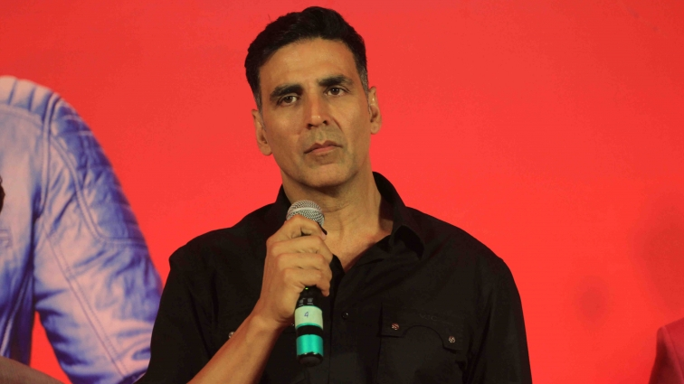 We got the latest scoop on Akshay's role in the R. Balki project!