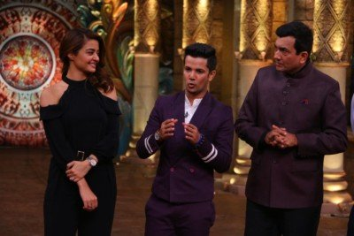 sanjeev-kapoor-surveen-chawla-and-mudassar-khan-grace-the-stage-of-comedy-nights-bachao-taaza-11
