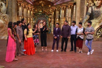 sanjeev-kapoor-surveen-chawla-and-mudassar-khan-grace-the-stage-of-comedy-nights-bachao-taaza-12