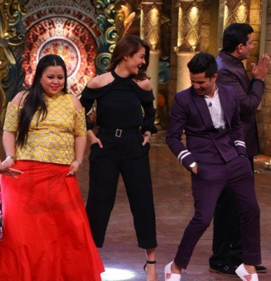 sanjeev-kapoor-surveen-chawla-and-mudassar-khan-grace-the-stage-of-comedy-nights-bachao-taaza-14