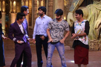 sanjeev-kapoor-surveen-chawla-and-mudassar-khan-grace-the-stage-of-comedy-nights-bachao-taaza-15