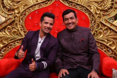 sanjeev-kapoor-surveen-chawla-and-mudassar-khan-grace-the-stage-of-comedy-nights-bachao-taaza-2