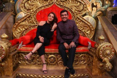 sanjeev-kapoor-surveen-chawla-and-mudassar-khan-grace-the-stage-of-comedy-nights-bachao-taaza-5
