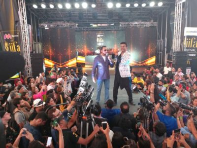 Gulshan Grover with host Siddharth Kannan at IIFA Stomp (6)