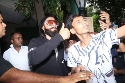Ranveer Singh snapped interacting with his fans_Bollyworm (2)