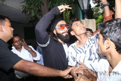 Ranveer Singh snapped interacting with his fans_Bollyworm (3)