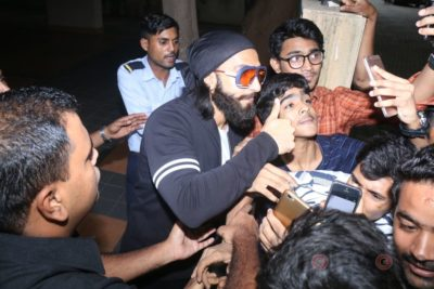 Ranveer Singh snapped interacting with his fans_Bollyworm (4)