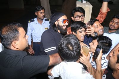 Ranveer Singh snapped interacting with his fans_Bollyworm (5)