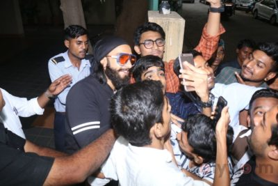 Ranveer Singh snapped interacting with his fans_Bollyworm (6)