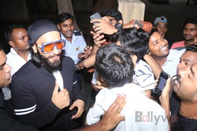 Ranveer Singh snapped interacting with his fans_Bollyworm (7)