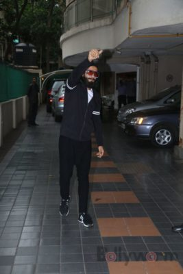 Ranveer Singh snapped interacting with his fans_Bollyworm (8)