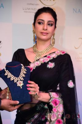 Tabu at the launch of Nizam brand of polki jewellery_Bollyworm (2)