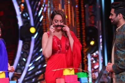 Sonakshi Sinha Candid moments Om Shanti Om Dusshera Episode Bollyworm (1)